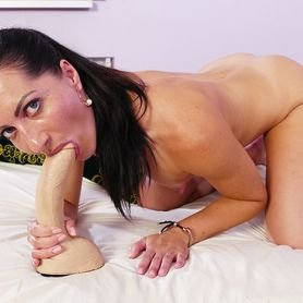 Muscle body mom Jessica uses big fake cock