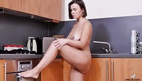Sexy Jamie Ray rubbing her slit in the kitchen